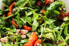 Ny sallad med arugula och tomaten Arkivbild