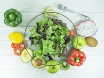 Ny sallad med avokadot och frukter, gaffel på en trätabell arkivfoton