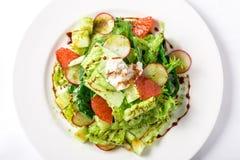 Ny sallad med den grönsallat-, rädisa-, grapefrukt-, ost- och citrusdressingen Royaltyfri Bild