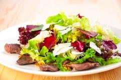 Ny sallad med grönsallatsidor, stekt nötkött, beta, Arkivfoto