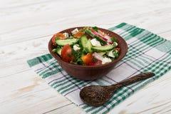 Ny sallad med gurkor, tomater, rädisa Royaltyfria Bilder