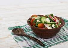 Ny sallad med gurkor, tomater, rädisa Arkivbilder