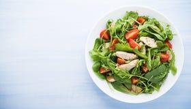Ny sallad med höna, tomaten och gräsplaner (spenat, arugula) Royaltyfri Bild
