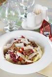 Ny sallad med kött- och cederträmuttrar på en tjänad som tabell Royaltyfri Foto