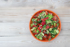 Ny sallad med peppar och tomaten Arkivfoto