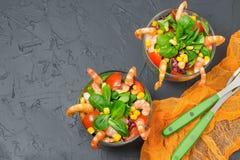 Ny sallad med räkor, tomater, söt peppar, havre och lettu Fotografering för Bildbyråer