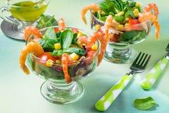 Ny sallad med räkor, tomater, söt peppar, havre och lettu Arkivfoton