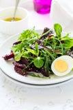Ny sallad med rödbeta-, blandningsida-, olivolja-, ägg- och sesamfrö Royaltyfri Bild