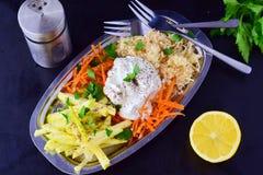 Ny sallad med selleri, äpple, morot med yoghurt på en metallplatta på en grå bakgrund äta för begrepp som är sunt royaltyfri bild