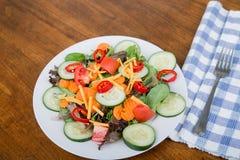 Ny sallad med varma röda peppar Royaltyfri Fotografi