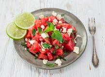 Ny sallad med vatten-melon, fetaost, limefrukt och mintkaramellen royaltyfri fotografi