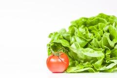 Ny sallad och bio tomat som den sunda frukosten Arkivfoto