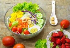 Ny salladbunke och jordgubbe Royaltyfri Bild