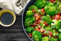 ny salladsommar Sauteed grönsaker, broccoli och soya Arkivfoto