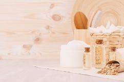 Ny samling för skönhetsmedel för kropp- och hudomsorgbrunnsort och naturlig badtillbehör i beige wood badrum royaltyfria foton