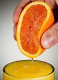Ny sammanpressad orange fruktsaft med vit bakgrund Fotografering för Bildbyråer