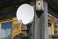 Ny satellit- anntenna Arkivbild