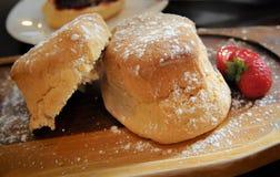 Ny scones med jordgubben Arkivfoto