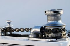 Ny segelbåtankarvinsch med kedjan, utrustning för yachtcontro Royaltyfri Fotografi