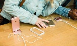 Ny senast smartphone för Apple iPhoneSE från Apple-datorer Arkivbild
