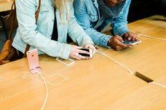 Ny senast smartphone för Apple iPhoneSE från Apple-datorer Fotografering för Bildbyråer