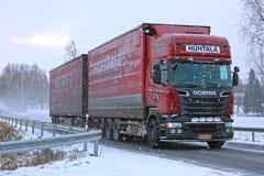 Ny Skåne lastlastbil i Snowfalll Royaltyfri Foto