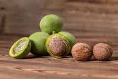 Ny skörd av valnötter på en träbakgrund Fotografering för Bildbyråer