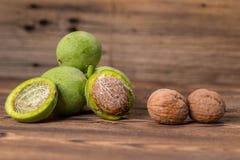 Ny skörd av valnötter på en träbakgrund Royaltyfria Foton