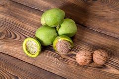 Ny skörd av valnötter på en träbakgrund Arkivbild
