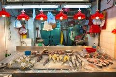 Ny skaldjur på försäljning på Hong Kong en inomhus matmarknad Royaltyfri Fotografi