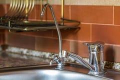 Ny skinande metallvattenvattenkran i modernt kök Royaltyfri Bild