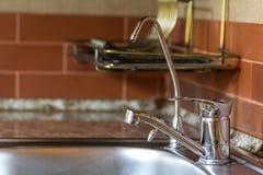Ny skinande metallvattenvattenkran i modernt kök Royaltyfria Foton