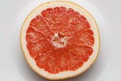 Ny skiva av den röda grapefrukten arkivfoton