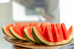 Ny skiva av vattenmelon på magasinet i suddighetsbakgrund arkivbild