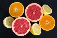 Ny skivad citrus på ett kritiserauppläggningsfat Fotografering för Bildbyråer