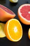 Ny skivad citrus på ett kritiserauppläggningsfat Royaltyfri Fotografi