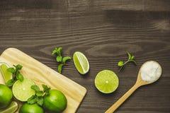 Ny skivad limefrukt och att salta på trätabellen arkivfoton