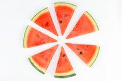 Ny skivad röd vattenmelon med frö som bildar en isolerad cirkelmodell arkivfoton