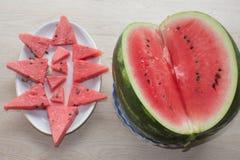 Ny skivad vattenmelon i den vita plattan vattenmelon som skivas på en platta på en träbakgrund Royaltyfria Foton