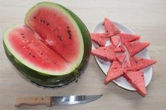 Ny skivad vattenmelon i den vita plattan vattenmelon som skivas på en platta på en träbakgrund Royaltyfri Bild