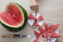 Ny skivad vattenmelon i den vita plattan vattenmelon som skivas på en platta på en träbakgrund Arkivfoton