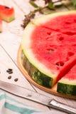 Ny skivad vattenmelon på den lantliga tabellen Arkivbilder