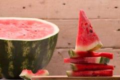 Ny skivad vattenmelon på den lantliga tabellen Fotografering för Bildbyråer
