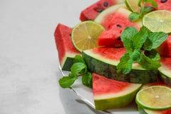 Ny skivad vattenmelon på en platta i sommartid Royaltyfri Fotografi