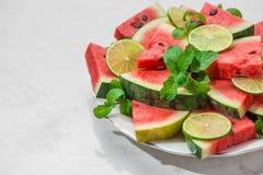 Ny skivad vattenmelon på en platta i sommartid Arkivbilder