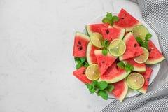 Ny skivad vattenmelon på en platta i sommartid Arkivfoton