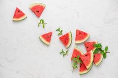 Ny skivad vattenmelon på marmortabellen i sommartid Royaltyfria Foton