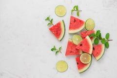 Ny skivad vattenmelon på marmortabellen i sommartid Arkivfoton