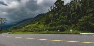 Ny slät asfaltväg i berget Bokor royaltyfria foton