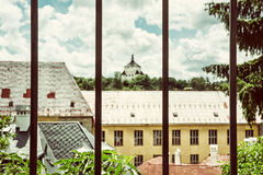 Ny slott bak ett metallstaket, Banska Stiavnica, gammalt filter Arkivfoton